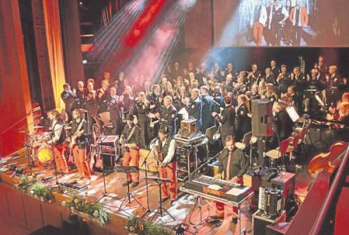 """Der Olper Musikzug rockte gemeinsam mit den """"Räubern"""" und bester kölscher Stimmung die Bühne in """"Olpes guter Stube""""."""
