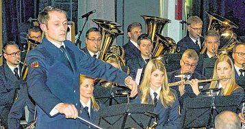 Legte beim Jahreskonzert eine beeindruckende Premiere hin: Andreas Reuber, neuer Hauptmusikzugführer beim Feuerwehrmusikzug Olpe.