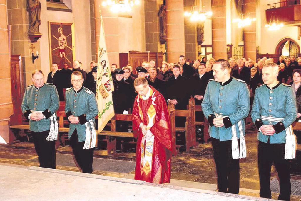 Foto der St. Sebastianusmesse. Pfarrer Steiling mit Offizieren des Schützenvereins.