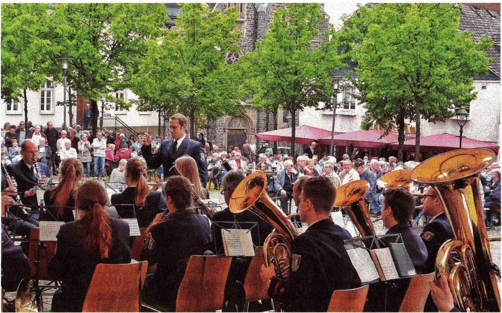 Der Musikzug der Feuerwehr Olpe schenkt mit der Marschrevue auf dem Olper Marktplatz den zahlreichen ZUhörem einen besonderen musikalischen Nachmittag.