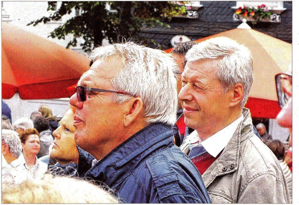 Friedel Schulte und Gerhard Reuber auf dem Marktplatz,