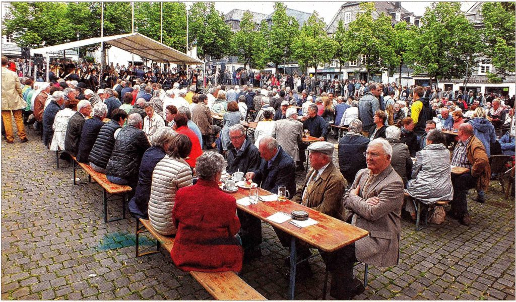 Während der Marschrevue ist der Marktplatz gut besucht.