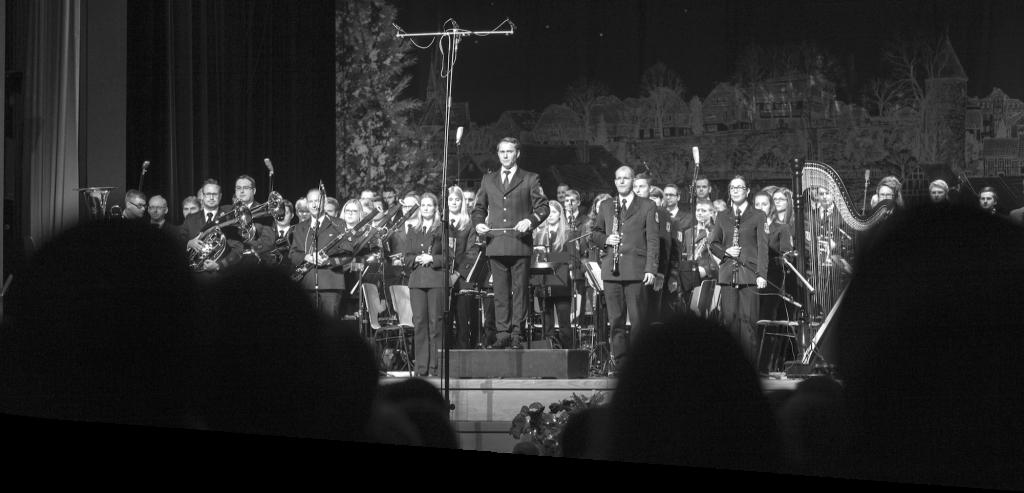 Dirigent Andreas Reuber vor seinem Orchester: dem Musikzug der Freiwilligen Feuerwehr Olpe.