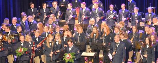 Das Orchester am Ende des Konzerts während der Blumenübergabe an Moderator, Dirigent und Solistinnen bzw. Solisten.
