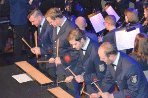 Die vier Schlagzeug-Solisten vor dem Orchester. Auf Brettern mit Hämmern wird der Irische Stepp-Tanz adaptiert.
