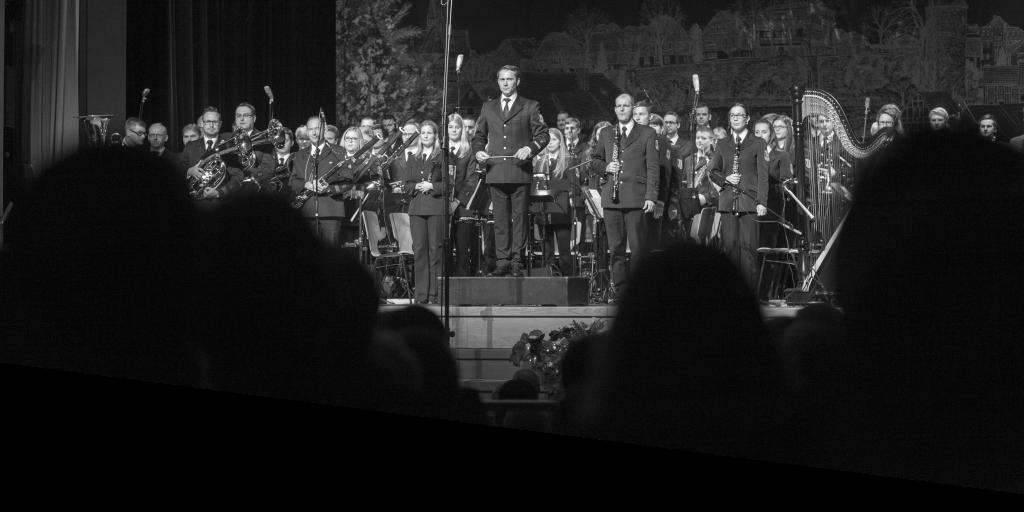 Orchester stehend auf der Bühne.