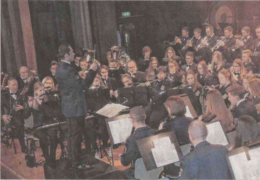 Dirigent Andreas Reuber und Orchester von rechter Seite fotografiert.