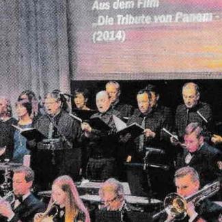 Foto des Chors, stehend hinter dem Schlagzeugregister.