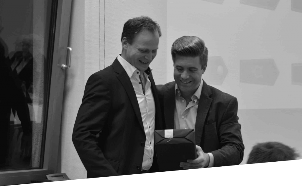 Mathias Kullick bekommt vom neuen 1. Vorsitzenden Sebastian Römer ein Present überreicht.