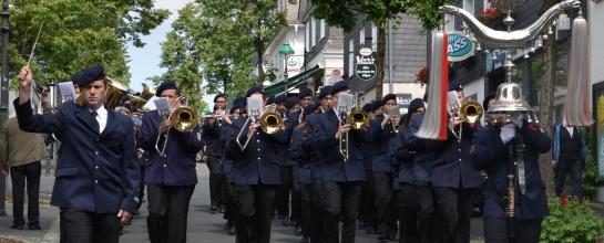 Der Musikzug Olpe marschiert entlang des Olper Marktplatzes